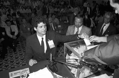 Ángel María Villar vota en su primera candidatura a la presidencia de la Federación Española de Fútbol en 1988.