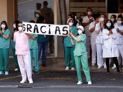 Fotografía de archivo de personal sanitario del hospital vizcaíno de Cruces, agradeciendo a los vecinos los aplausos durante todo el confinamiento.