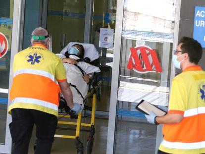 Dos técnicos trasladan a una mujer al hospital Arnau de Vilanova, Lleida.