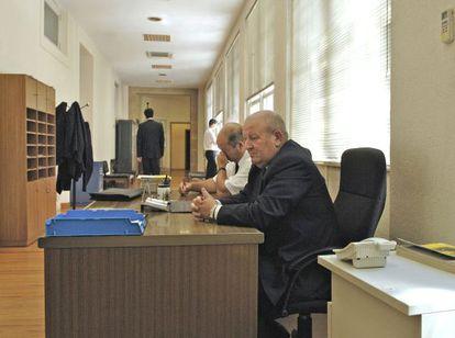 Dos bedeles empleados por la Diputación de Ourense comparten mesa en enero de 2010.