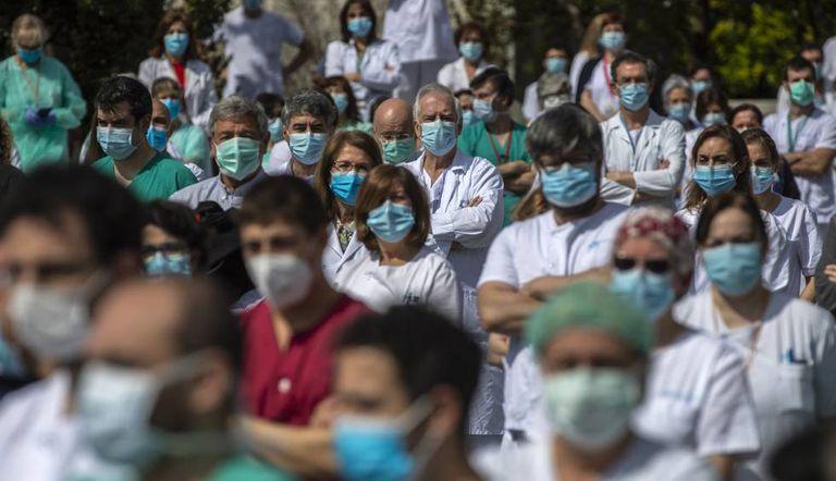 Minuto de silencio en el hospital La Paz de Madrid en recuerdo de su jefe de Cirugía, fallecido por la covid-19.