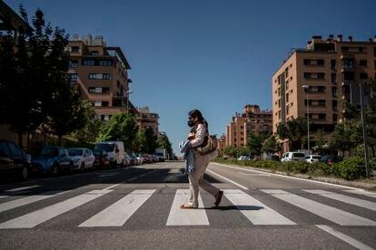 Perla Alvia caminando por Las Tablas.