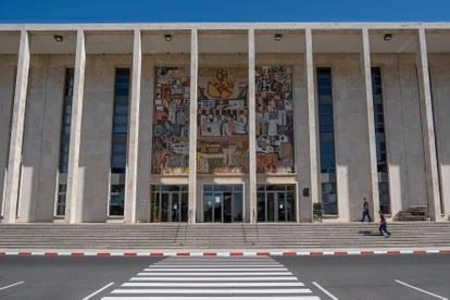 Dos operarios accede al paraninfo de la Universidad de Córdoba el viernes.