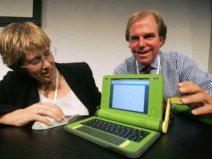 Nicholas Negroponte (derecha) con un prototipo del ordenador de bajo coste en 2006.