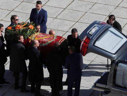 Los familiares de Franco introducen el cuerpo en el coche fúnebre este jueves. En el vídeo, el momento en el que los familiares gritan ¡Viva España!, ¡Viva Franco!.
