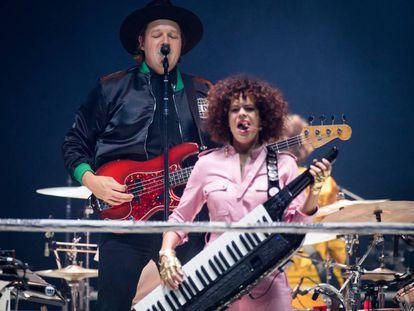 Win Butler (detrás) y Regine Chassagne, de Arcade Fire, en su concierto en Londres el pasado 12 de abril.