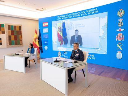 En primer término, el jefe del Estado Mayor de la Defensa, Miguel Ángel Villarroya, junto a la ministra de Defensa, Margarita Robles, en una videoconferencia del presidente del Gobierno a las tropas españolas en el exterior en Nochebuena.