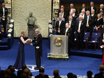 Jenny Munro, hija de la escritora Alice Munro, recoge el Nobel de Literatura concedido a su madre de manos del rey Carlos Gustavo de Suecia.