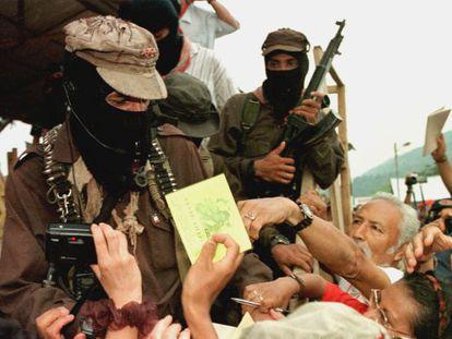 Simpatizantes piden un autógrafo al subcomandante Marcos en 1999
