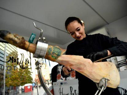 Los deshuesadores de jamón están entre los profesionales más buscados. En la foto, la cortadora Raquel Acosta.