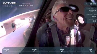 El multimillonario Richard Branson sonríe a bordo de la nave 'Unity' de Virgin Galactic.