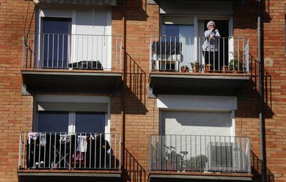 Una mujer en el balcón de su casa en Terrassa durante el estado de alarma.