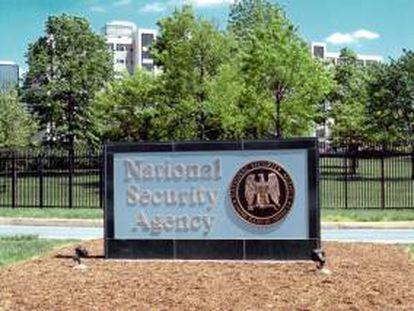 Fotografía con fecha desconocida facilitada por la Agencia de Seguridad Nacional (NSA) que muestra el logotipo de la NSA en la sede de Fort Meade, Maryland, EE.UU.