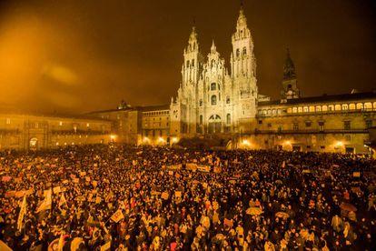 Manifestacion feminista por el dia de la mujer trabajadora en Santiago de Compostela. Vista de la plaza del Obradoiro durante la lectura del manifiesto del 8M