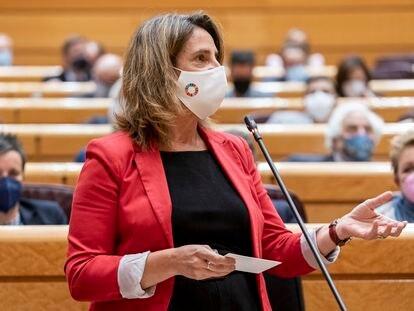 La vicepresidenta tercera del Gobierno y ministra para la Transición Ecológica y el Reto Demográfico, Teresa Ribera, durante la sesión del Senado de este martes.