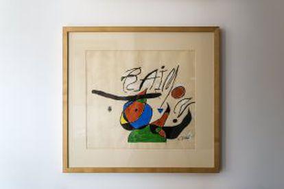 Este Miró que guarda Raimon fue portada de 'Quan l'aigua es queixa' (1979)
