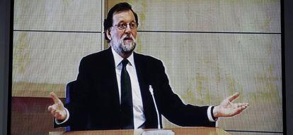 Imagen del monitor de la sala de prensa de la Audiencia Nacional donde declara el presidente del Gobierno, Mariano Rajoy.