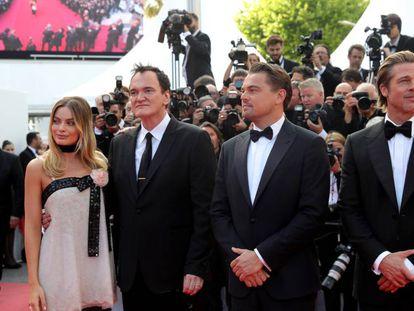 El cineasta Quentin Tarantino posa para los medios delante de los actores estadounidenses Brad Pitt y Leonardo DiCaprio, en Cannes. En vídeo, el tráiler de la película.