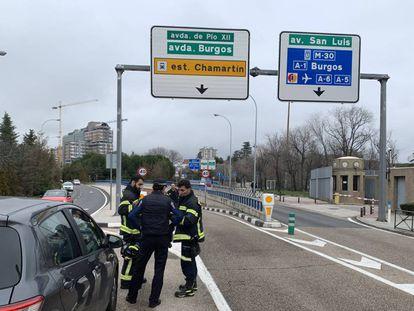 Imagen de la actuación de bomberos y policías municipales este 30 de enero en el túnel de Pío XII, donde ha fallecido un motorista.