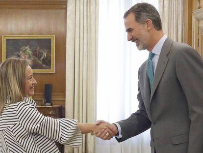La portavoz de Coalición Canaria, Ana Oramas, saluda al Rey. En vídeo, declaraciones de Oramas.