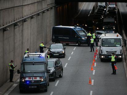 Agentes de los Mossos realizan un control de tráfico en una salida de Barcelona este viernes.
