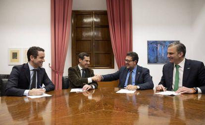 De izquierda a derecha, Teodoro García Egea y Juan Manuel Moreno Bonilla (PP) y Francisco Serrano y Francisco Javier Ortega Smith (Vox), en la firma del pacto de Gobierno para Andalucía.