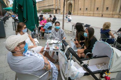 Varios ciudadanos tomando café en una terraza en la plaza del Pilar.