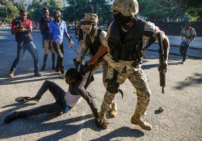Policías detienen a un manifestante durante las protestas.