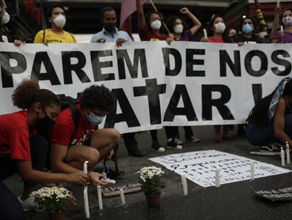 Activistas y familiares de las víctimas encienden velas un día después de una operación policial que dejó 25 muertos en la favela de Jacarezinho de Río de Janeiro, este viernes.