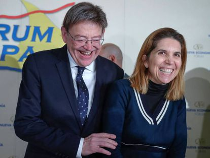 El presidente valenciano Ximo Puig, con la ingeniera Nuria Oliver, encargada de presentarlo en la conferencia celebrada hoy en Madrid.