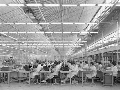 Fábrica Standard Eléctrica en 1965 en el polígono Marconi, ejemplo de fábrica que fue ejemplar en cuanto a las instalaciones para los trabajadores y que fue demolida. Juan Miguel Pando Barrero. Archivo Pando, IPCE, Ministerio de Cultura y Deporte.