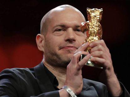 Navad Lapid, director de 'Synonymes', con su Oso de Oro. En vídeo, un fragmento de 'Synonymes'.