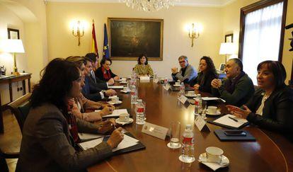Reunión de la vicepresidenta Carmen Calvo (en el centro), con representantes de la patronal y los sindicatos.