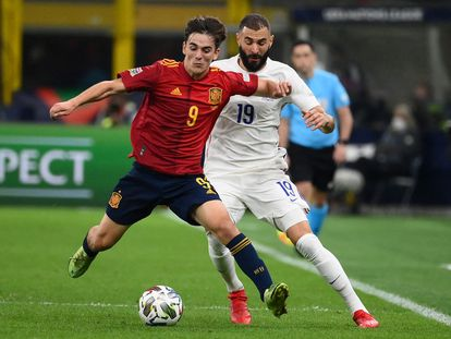 Gavi protege el balón ante Benzema en el España-Francia de la Liga de las Naciones.