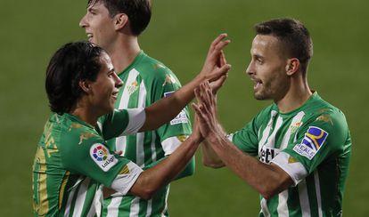 Canales es felicitado por Lainez tras marcar el último partido liguero ante el Celta.
