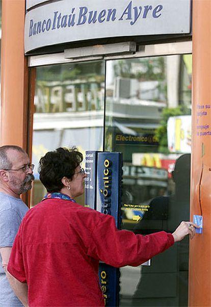 Dos clientes intentan acceder a una oficina argentina de Itaú.