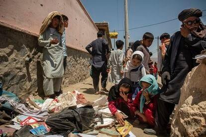 Un grupo de afganos muestra su pesar tras un atentado de la insurgencia contra una escuela en Kabul en mayo de este año.