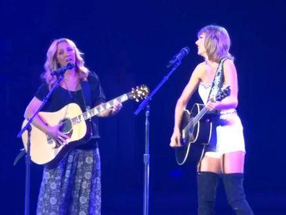 Vuelve Phoebe de 'Friends' para cantar 'Smelly Cat' junto a Taylor Swift