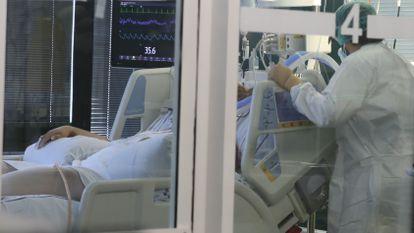 Una enfermera atiende este jueves a un paciente ingresado por covid en el hospital Insular Materno Infantil de Las Palmas de Gran Canaria.