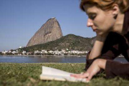 La enfermera Bruna Siqueira lee un libro en el parque Aterro do Flamengo, en Rio de Janeiro.