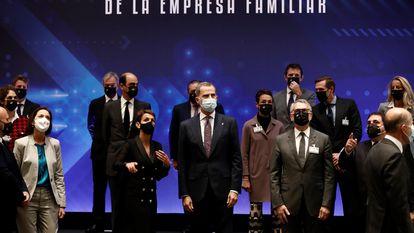El rey Felipe VI, en la inauguración del XXIV Congreso Nacional de la Empresa Familiar, junto a la ministra de Industria, Reyes Maroto; la presidenta de Navarra, María Chivite, y el presidente del Instituto de la Empresa Familiar, Marc Puig.