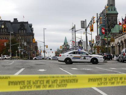La policía de Ottawa acordonó las inmediaciones del Parlamento.
