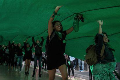 Decenas de mujeres de todas edades se reunieron en la calle Madero de la Ciudad de México para manifestarse a favor del aborto.