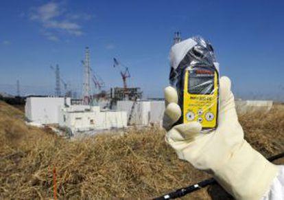 Un técnico mide la radiación en Fukushima.
