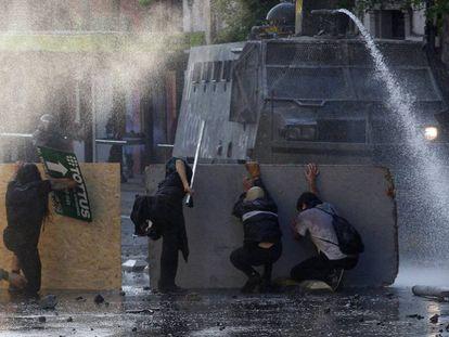Manifestantes antigubernamentales chocan con la policía, durante las protestas contra el aumento del coste de vida, el 20 de octubre de 2019, en Santiago, Chile.