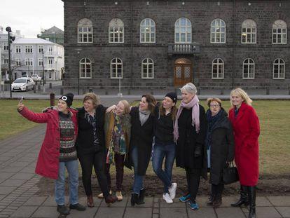 De izquierda a derecha, la rapera Duridur B. Johansdottir, la líder feminista Brynhildur H. Ómarsdóttir, la educadora Margrét Pñ Ólafsdóttir, la diputada Rósa B. Brynjólfsdóttir, la rapera Ragnhildur Jonasdottir, la profesora Hanna B. Vilhjálmsdóttir, la exdiputada y especialista Kristín Ástgeirsdóttir y la concejal Heida B. Hilmisdóttir, ante el Parlamento de Islandia.