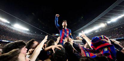 La fotografía que capta a Messi festejando con el Camp Nou.