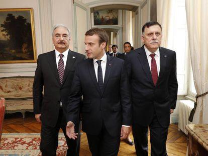 Macron (c); al-Sarraj (d), y el mariscal Jalifa Hafter, durante su reunión de este martes en París