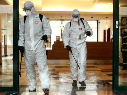 Miembros de la UME desinfectan una residencia madrileña, el pasado marzo.
