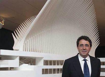 Santiago Calatrava ante una maqueta del intercambiador de transportes de la Zona Cero de Nueva York